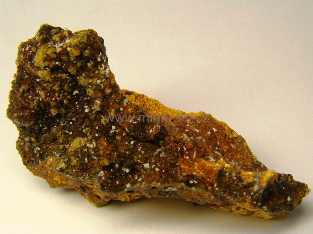 Minerál FLUELLIT